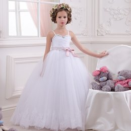 Wholesale Delicadas cintas de espagueti blanco cintas de rebordear tul blanco Appliques Bow novias poco boda vestidos de bola comunión vestido de niña de flores