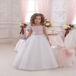 Wholesale El envío libre nuevos vestidos sin mangas rosados y marfil de la llegada de la muchacha de flor cubren la cremallera del cuello de la cucharada poco vestido del desfile del vestido de la novia