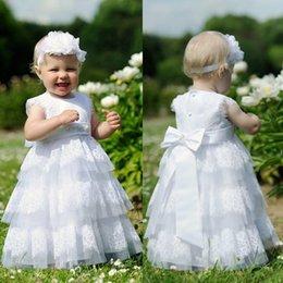 Wholesale Lovely White Tulle Tiered bebé vestidos de bautizo de alta calidad de cuentas Bow Sash vestido de bautizo para niña con la venda EN110511
