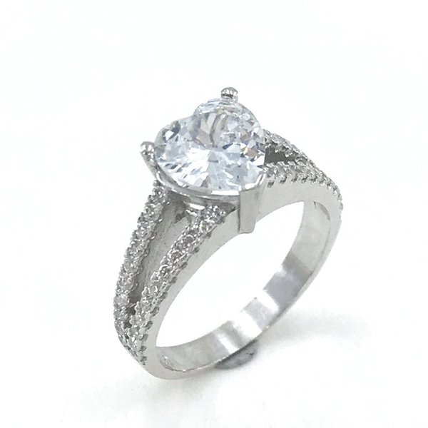 trend_heart_engagement_gold_model_silver_ring