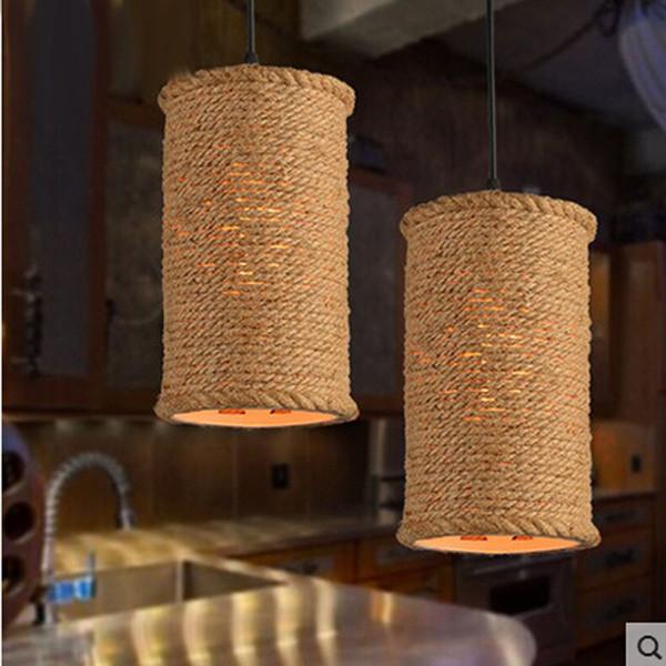 Cuerda de la vendimia pendiente de la luz de la lámpara de la ...