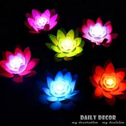 Promotion flotteurs électroniques vente en gros-Hot 7 couleurs en plastique artificielle fleurs de lotus avec des lumières conduit l'électronique Lampe Souhaitant flottante pour les piscines de décoration