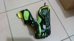 Wholesale Five hiking shoes fingers mens toe magic button shoes five fingers outdoor climbing men s sports shoes sneakers