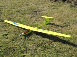 Descuento planeadores de bricolaje Venta al por mayor FreeShipping-bricolaje de madera de balsa Guppy RC modelo de avión de control remoto del plano del planeador del juguete electrónico del aeromodelismo aviones de la afición F201