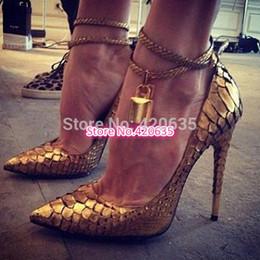 2017 las mujeres atractivas de oro Envío Gratis Zapatos Mujer 2015 Populares De Sexy Lady Zapatos De Mujer Candado De Oro Correa De Tobillo Bombas De Lujo De Mujer De Tacón Alto De Las Bombas presupuesto las mujeres atractivas de oro