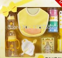 Al por mayor-Bebé del pequeño pato amarillo biberón 8 Set * 2 / L chupete / cepillo / babero / 4 capa de polvo caja de leche / bol / cuchara