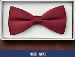 Novio corbatas de la boda Accesorios novio grabado versión británica de la corbata de la corbata de la corbata Hombres elegantes pajarita importante Artículos del acontecimiento