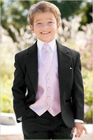 achat en gros de bouton de chemise enfant-Custom Made One Button Boy Smokings Notch Lapel enfants Costume Noir Kid / Anneau costumes de mariage / de bal (veste + pantalon + Tie + Vest + Shirt + Bretelles) F70