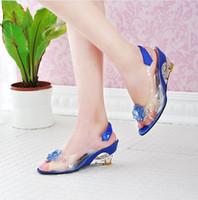 al por mayor moda casual chica para el verano-Nuevo verano mujeres del estilo de la moda de alta talón de cristal zapatos de las señoras atractivas de boca de pez sandalias de la cuña de chicas flores preciosas Casual zapatillas de tacón de cuña
