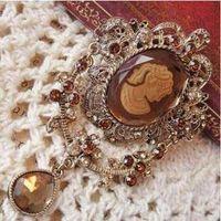 Wholesale embossed Queen diamond drop retro brooch