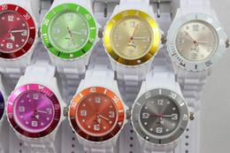 Los relojes blancos unisex calientes del cuarzo del caramelo de la manera del reloj de la jalea de la cara de los colores del doble de los brazaletes de los 43MM del envío libre de DHL 100pcs / lot desde cara multicolor reloj blanco fabricantes