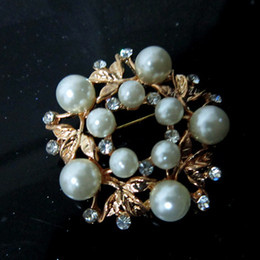 Gold Plated Pearl and Crystal Small Wrealth Brooch Pin