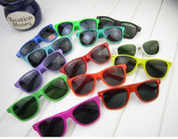 Wholesale 14 colors hot sale classic style sunglasses women and men modern beach sunglasses Multi color sunglasses