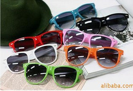 Wholesale hot sale classic style sunglasses women and men modern beach sunglasses Multi color sunglasses