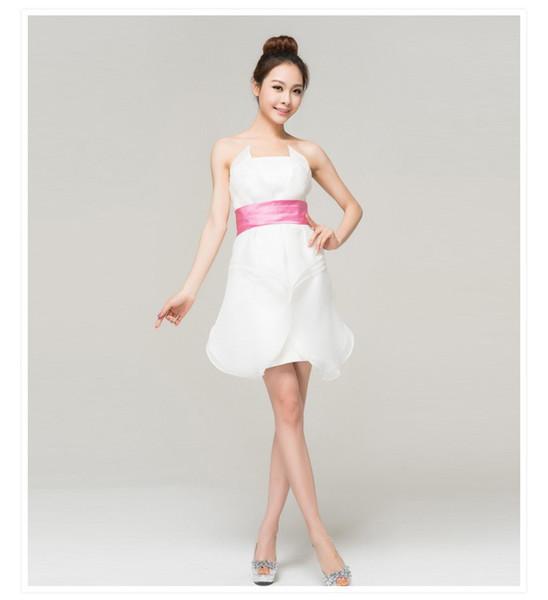 Robe blanche avec ceinture rose