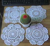 achat en gros de dessins appliques main-Vente en gros 100% coton fabriqué à la main en tissu de table en crochet, 4 designs 11 couleurs personnalisés, tapis mat rond 19-21cm crochet applique 24PCS / LOT