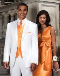 Nouveau Design White Groom Tuxedos Groomsmen Hommes Blazer Costumes de mariage Best man Suits (Veste + Pantalons + Vest + Tie) BM: 1006 à partir de costumes conception hommes fabricateur