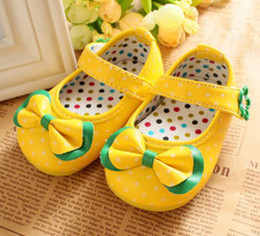 30%off!14-18 yards, yellow soft bottom shoes. Cute bow dot shoes. PU sticky dots with shoes CHINA.baby WEAR.CHEAP china 8pairs 16pcs ZL