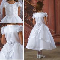 2015 Платья белых первое причастие Платье девушок цветка для свадьбы с A-Line Capped коротким рукавом Лук Sash Аппликация Кружева Бисер чай длины