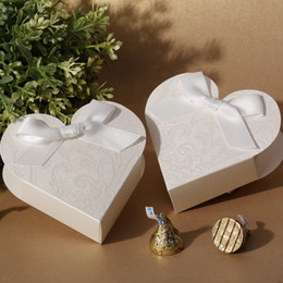 Wholesale Elegant White Heart Shaped Embossed Candy Gifts Chocolate Favor Boxes With Bow for Wedding Party candy box creative candy box