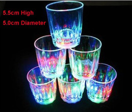 2017 mini-roches Livraison gratuite 48pcs (24pcs par boîte) 5.5cm * 5cm Mini Shot Glasses Cup LED 7 couleurs Changing LED Light Up Drink Ware Bubble Rocks Cup LED Cups mini-roches à vendre