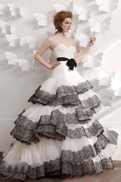 Robes blanches chérie volants de mariage en Ligne-2014 nouveau ballon Robes robe chérie plissé Black Sash dentelle et Lignes Appliqued couches Ruffle organza blanc Tulle queue en brosse robe de mariée