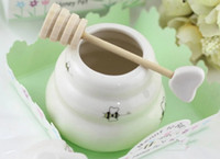 Wholesale Fashion Hot Ceramic Meant to Bee Honey Jar Honey Pot Ceramic Honey Pot with Wooden Dipper Wedding Party Favors Gifts