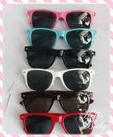 Wholesale Cheap Wayfarer classic style sunglasses women and men beach sunglass Multi color sunglass