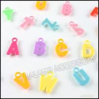 al por mayor encantos pendientes de plástico-1200pcs/lote Surtido Mayorista de las letras del Alfabeto A-Z Colgante de Plástico Encantos Colgante de Bolas a los Niños de Regalos de Joyas de Encontrar 140222