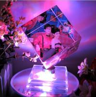 al por mayor marcos adorno-Personalizada Personalizada Colorido LED Rotativo Cubo De Cristal Marco De La Foto Para Adorno De Navidad Decoración De Cumpleaños De San Valentín Día Decoración De La Boda