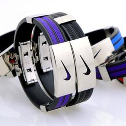 2017 caoutchouc pression HOMME bracelet en acier titane bracelet en caoutchouc de basket-ball avec la version classique punk de bracelet en silicone peu coûteux caoutchouc pression
