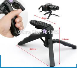 Descuento soportes de cámaras digitales PRO Grip trípodes mano + 2 en 1 mesa plegable portátil Mini trípode soporte para DC réflex digital SLR