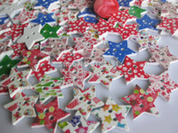 Cheap 300pcs New Colorful Stars Shape Christmas natural Wooden Buttons Fastener 25*25mm White Printed Wood Sewing botoes Scrapbooking