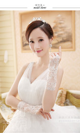 Wholesale Hot Selling White Bridal Gloves In Stock Lace Crystal Beads Fingerless Fashion Short Gloves For Wedding Made In China ZX