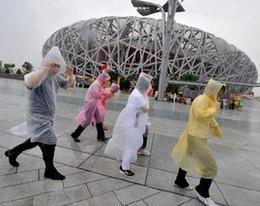 Новые прибытия одноразовые PE плащ пончо Rainwear поездки дождь пальто дождь носить подарки смешанные цвета