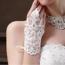 Wholesale 2015 Hot Sale Elegent Bridal Gloves Short Luxury Diamond Lace Tulle Fingerless Red and White Wedding Dress Accessories High Quality BG9