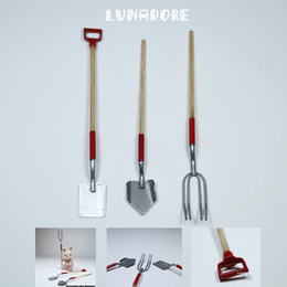 Wholesale 2 Shovels Pitchfork Set Miniature Barn Tools Hoe Rake Railroad For Re ment Gift Miniature Toys Dolls Accessories