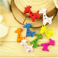 achat en gros de boutons de couture mignon-100pcs / lot New bricolage Assorted Colorful girafe mignonne Breloques en bois Boutons Couture Artisanat, Dandys