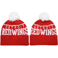 Wholesale Red Pom Pom Beanies Brand Red Wings Knitted Hats Cool Winter Caps Leisure Beanie Hats Hockey Team Hats Popular Beanie Cap with White Pom