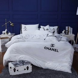 embroidered bedding designs 2019 - Embroidery Letter Quilt Cover Sets Luxury Design Cotton 4PCS Bedding Bag Suit Europe And America Comforter Cover Suit di