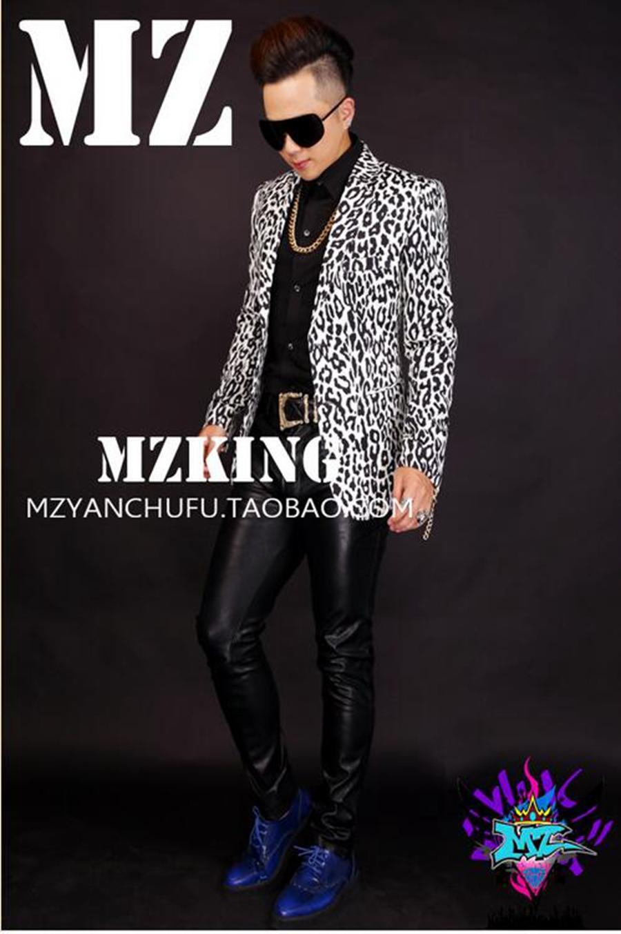 La discoteca alla moda cantante bianca maschile in Europa e la passerella sembra m allungare un costume vestito stampa leopardo. S - 6 xl