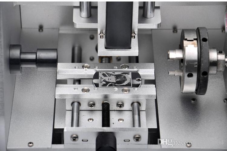 El equipo portátil de grabado de joyas para el diseño de foto con patrón de texto se graba
