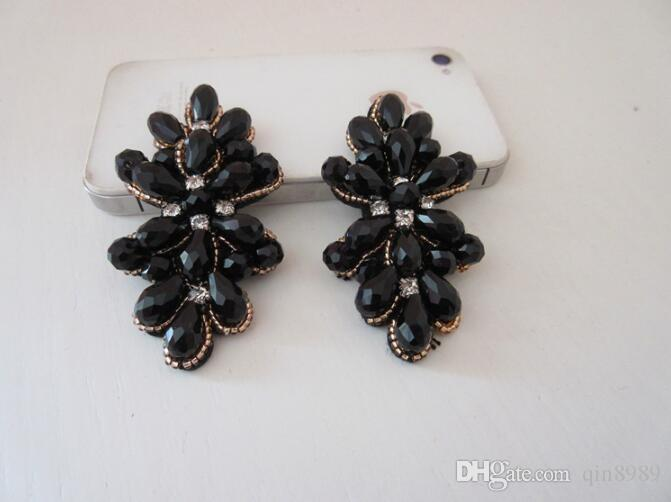 Орнаментальные орнаменты с кристаллическими пряжками цветка, кожей платья и ботинками броши