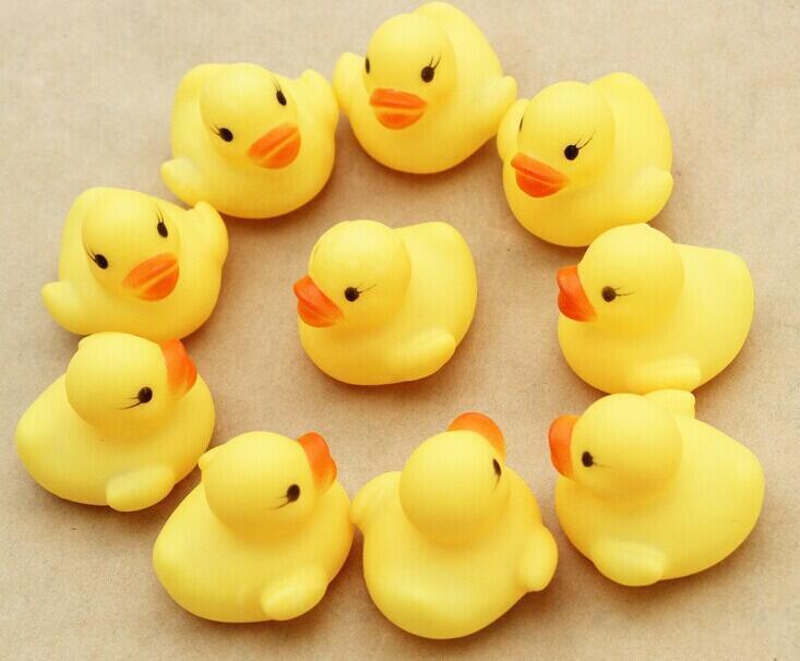 Ucuz wholeslea Bebek Banyo Su Oyuncak oyuncaklar Sesler Sarı Kauçuk Ördekler Çocuk Çocuk Yüzme Plaj Hediyeler Yıkamak