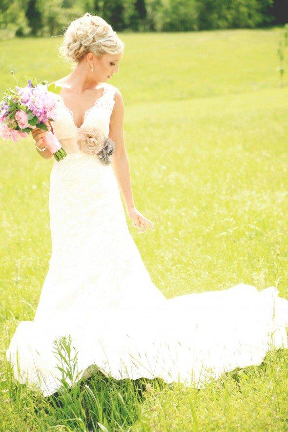 Romantic Wedding Dresses V-Neck Lace Applique A-Line Dresses Chapel Train Hand-Made Flower With Belt Country Style Sleeveless Natural Waist