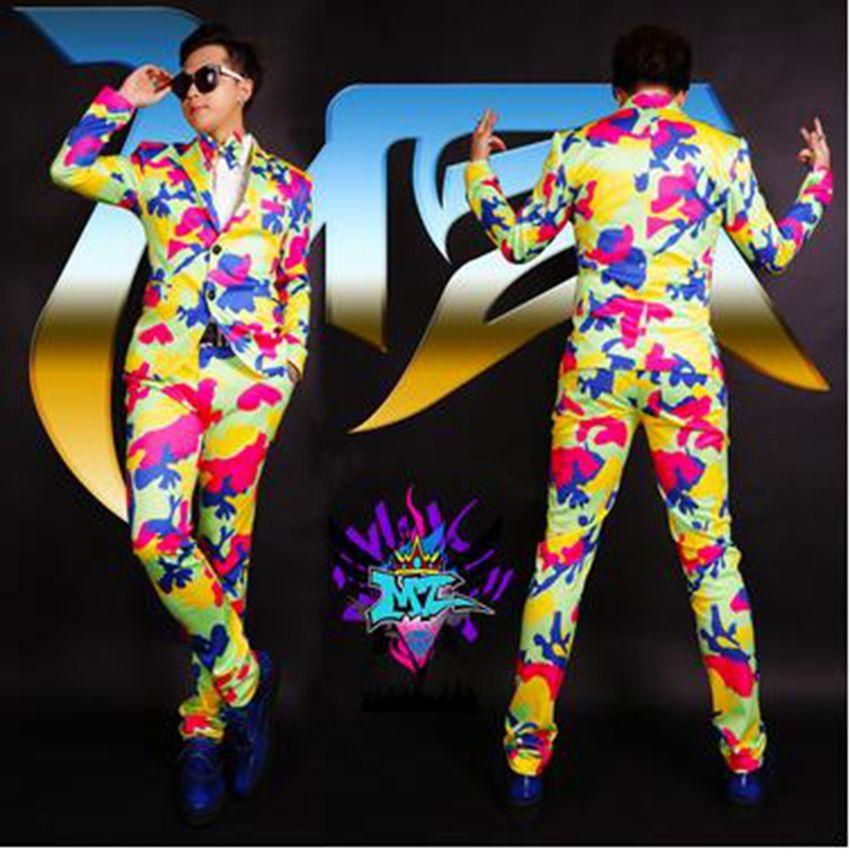 유럽과 활주로에있는 남성 가수 유행 나이트 클럽은 화려한 색상의 위장 복 복을 입었습니다. S - 6 xl