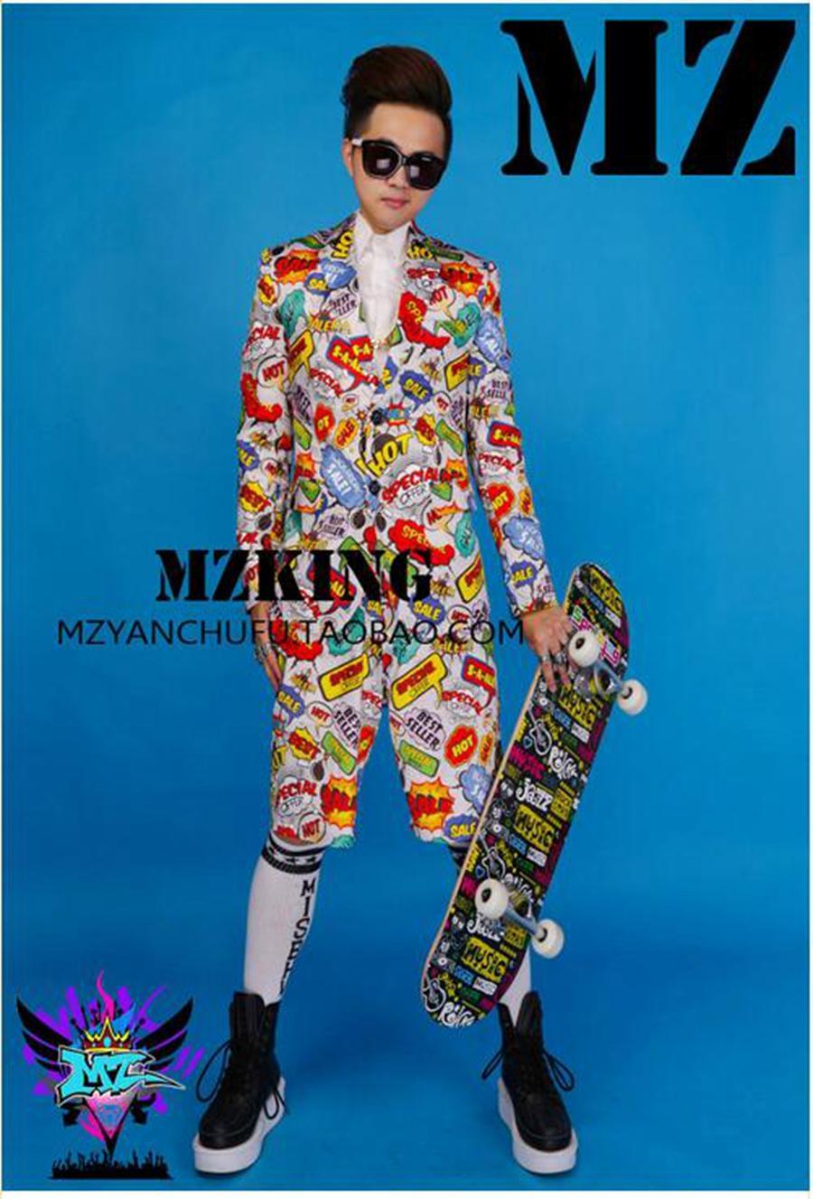 유럽과 활주로에있는 남성 가수 클럽은 신축성이있는 가벼운 실크 새틴 라이트 그레이 컬러 낙서 슈트 의상을 입고 있습니다. S - 6 xl
