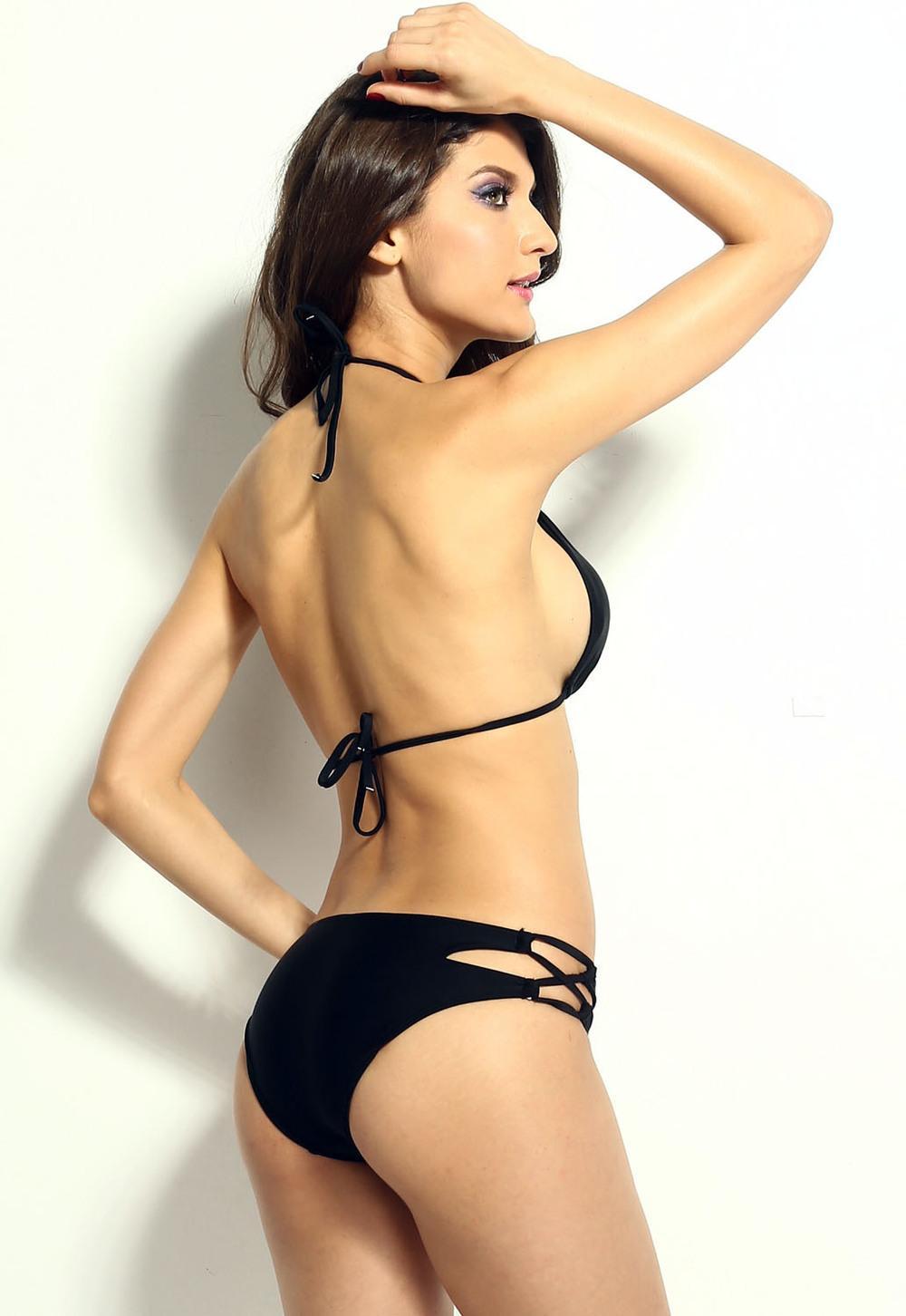frau im bikini peakaboo