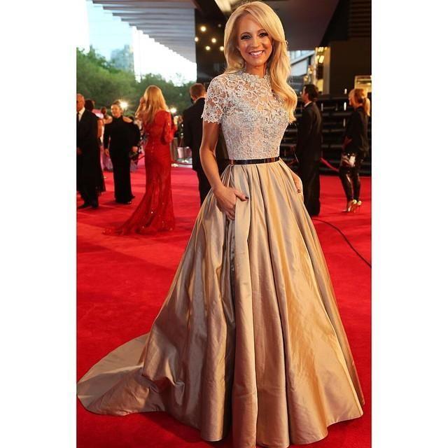 Camila Banus Em Paolo Sebastian Celebrity Dresses Com Mangas Curtas Lace Jewel Neck Frisado Prom Vestidos Red Carpet Longo Plissado À Noite Dres