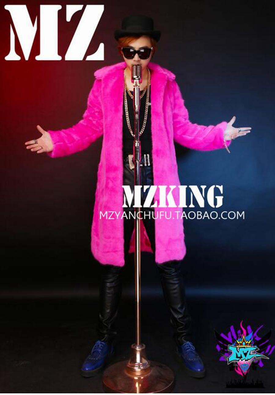 Un chanteur masculin han edition mode discothèque en Europe et le défilé regarde les costumes de fourrure longue cheveux roux. S - 6 xl